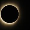 Gran parte de la corona del sol se hace visible como la luna pasa entre el Sol y la Tierra durante el eclipse total de Sol, visto por encima de Benarés, India, miércoles, 22 de julio de 2009. (Foto AP / Saurabh Das)