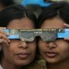 Dos chicas compartiendo gafas en el Complejo del Parlamento Nacional en Dhaka, Bangladesh el 22 de julio de 2009. (REUTERS / Andrew Biraj)