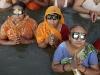 Devotos hindúes observan el eclipse solar a través de gafas especializadas para la visualización, en la confluencia del Ganges, Yamuna y el mítico río Sarawati, en Allahabad, India, miércoles, 22 de julio de 2009. (Foto AP / Rajesh Kumar Singh)
