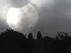 Gente viendo el eclipse solar desde la cima del monte Malu en Liuzhou, China el 22 de julio de 2009. (REUTERS / China Daily)