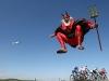 """Un fan alemán de Dieter """"Didi"""" Senft, o """"El Diablo"""", salta delante de los escapados el 16 de julio de 2009 durante la duodécima etapa del Tour de Francia 2009. (Joel Saget / AFP / Getty Images)"""
