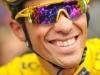 Alberto Contador del equipo kazajo Astana (AST) después de la ceremonia de firma el 21 de julio de 2009 en Martigny (Suiza) antes del comienzo de la decimosexta etapa del Tour de Francia 2009. (LIONEL BONAVENTURE / AFP / Getty Images)