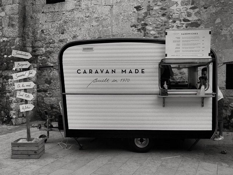 Fujifilm X20 -f/4 -1/60 -ISO200 Sant Cugat del valles: en las fiestas de la pequeña localidad de Sant Cugat del Valles, situada al oeste de la ciudad de Barcelona, un comerciante local ha transformado una antigua caravana en un puesto de venta de comida rápida.