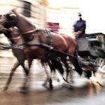 Fujifilm X20 – f/6,3 – 1/25 – ISO200 Un carruaje tirado por caballos, recorre el casco antiguo de Viena llevando a turistas por sus pequeñas callejuelas