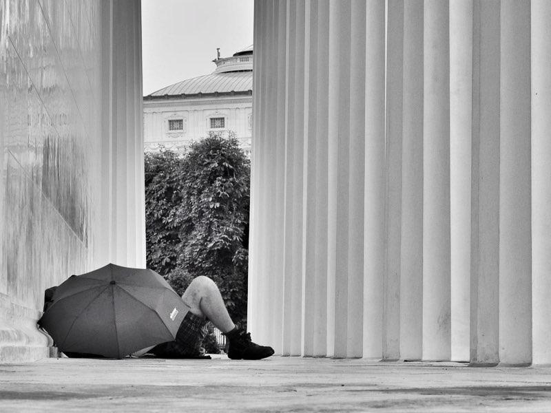 Fujifilm X20 – f/3,2 – 1/50 – ISO100 Al medio día y seguramente con muchos kilómetros recorridos bajo sus botas, un turista aprovecha la lluvia que cae sobre la ciudad, para tomar un descanso en la galería del Theseus Temple.