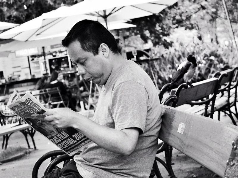 Fujifilm X20 – f/2,8 – 1/80 – ISO200 Un hombre lee tranquilamente el periódico sentado en un banco de los jardines situados a un lado del parlamento
