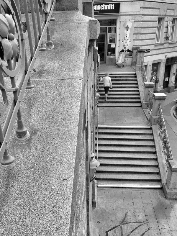 Fujifilm X20 – f/5 – 1/750 – ISO200 Una mujer sube escalón tras escalón, la escalera que conecta con el distrito 6. Una gran zona comercial del centro de la ciudad.