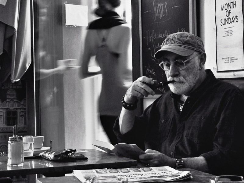Fujifilm X20 – f/2,8 – 1/25 – ISO200 El bar Kafka situado en el número 8 de la calle Capistrangasse, se respira aire literario desde que se cruza la puerta. Ahí un hombre disfruta de su pipa mientras saborea una taza de café recién hecho.