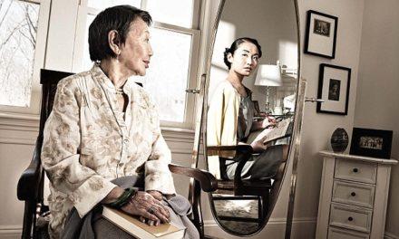 Fotos de personas frente al espejo con su reflejo de 50 años atrás
