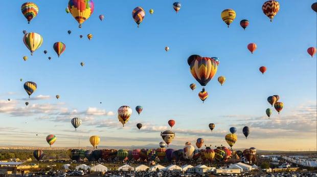 Timelapse a todo color: 700 globos aerostáticos en el cielo